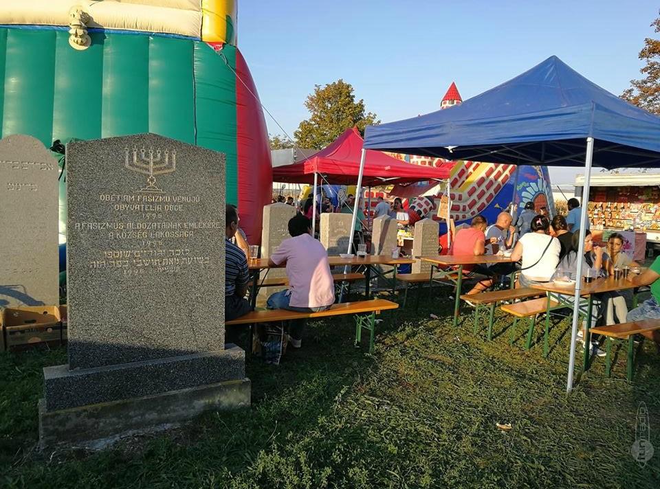 Egy zsidó temetőben tartottak vásári attrakciókat Szlovákiában