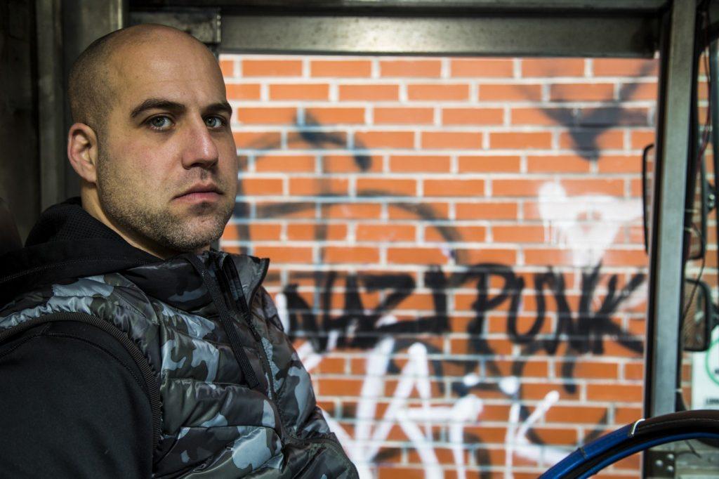 Egy kanadai zsidó, aki szabadidejében horogkereszteket takarít le a falakról