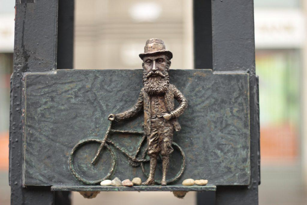 Herzl Tivadar biciklis miniszobra tűnt fel a Dohány utcai zsinagóga közelében