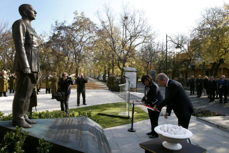 Világ Igaza díjasnak avattak szobrot a Fiumei úti sírkertben