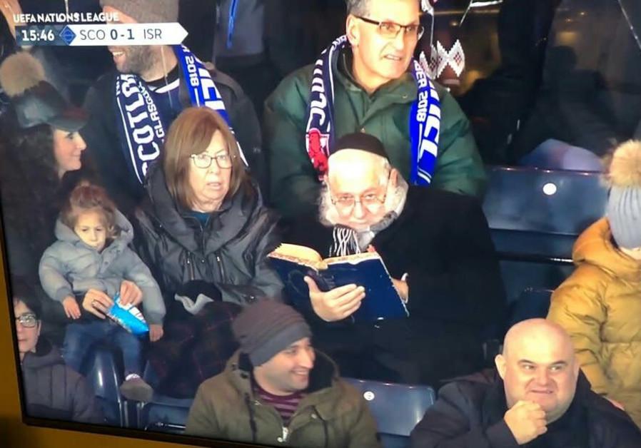 Egy rabbi inkább egy Talmudról szóló könyvet tanulmányozott az izraeli válogatott focimeccsén