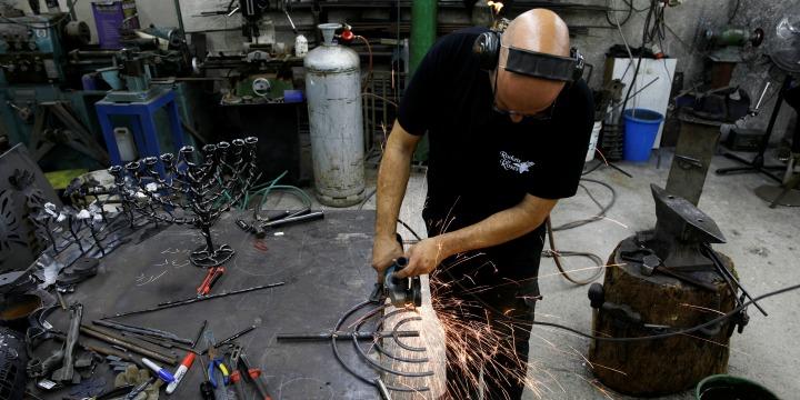 Egy izraeli művész gázai rakétákból épít hanukiát