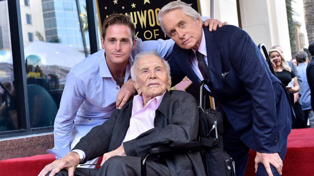 Biztonságosabb világot kíván a jövő nemzedékének a 102 éves Kirk Douglas
