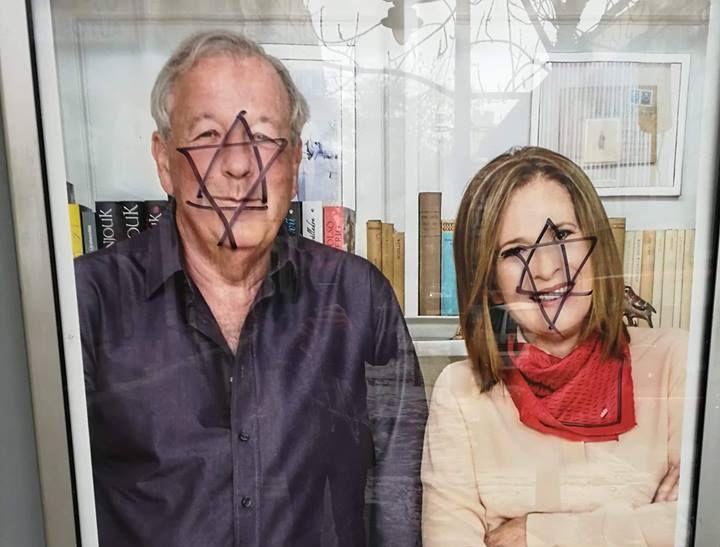 Dávid-csillagot festettek Vámos Miklós és Koncz Zsuzsa plakátjára