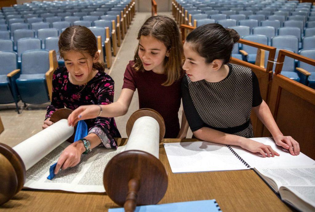 Egy új technológia segítségével olvashatta a Tórát egy vak kislány