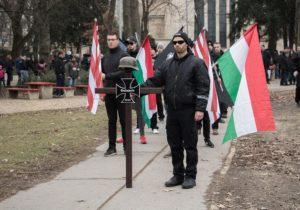 Horogkeresztes zászlóval vonultak német neonácik a budai hegyekben
