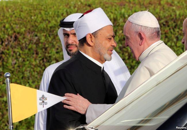 Ferenc pápa fontos muszlim vallási vezetővel közösen ítélte el a vallás nevében elkövetett erőszakot