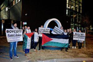 Az izraeli Eurovíziós Dalfesztivál ellen tüntettek az MTVA székháza előtt