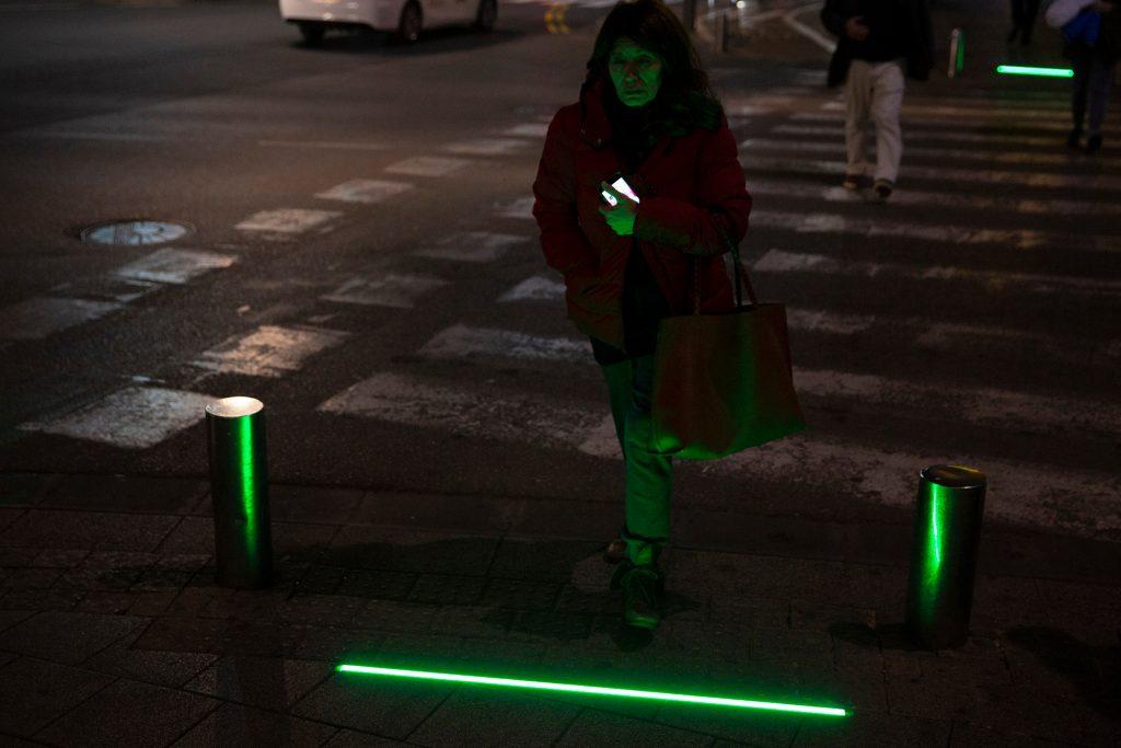 Tel-Avivban zombilámpákat helyeznek el a mobiljukat bámulók miatt