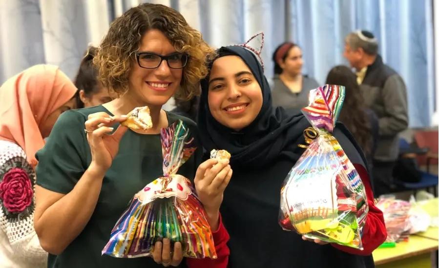 Zsidó és muszlim diákok együtt készítenek purimi ajándékot