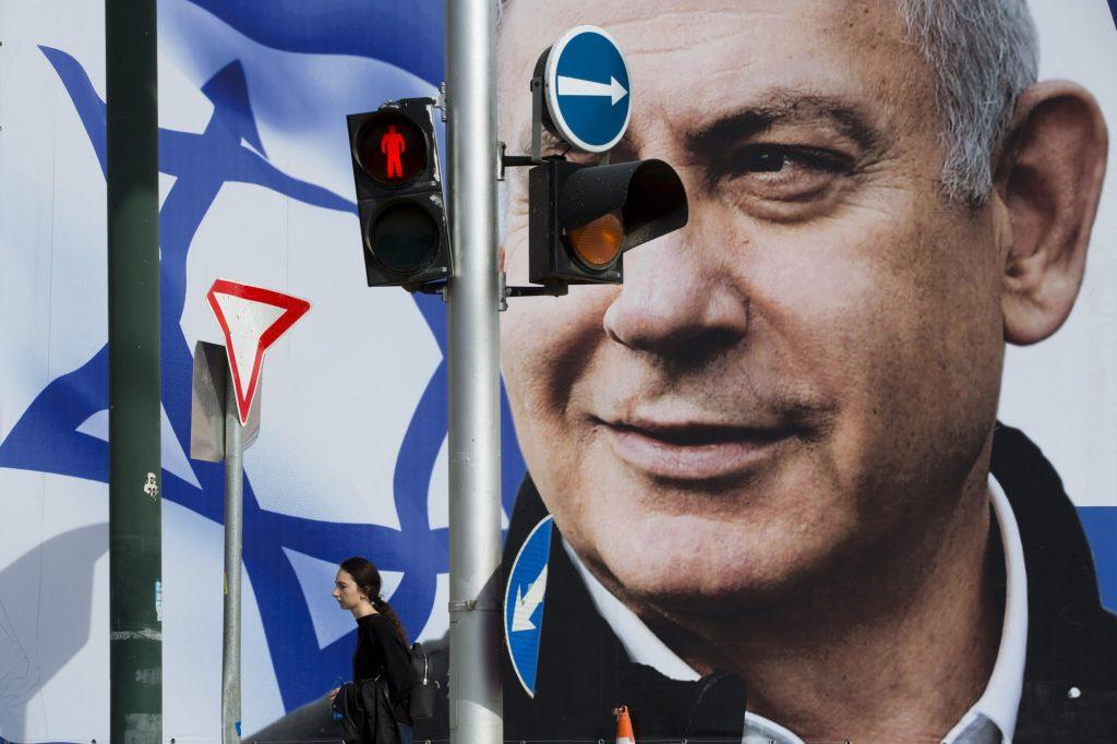 Kamuprofilok százai segítik Netanjahu kampányát