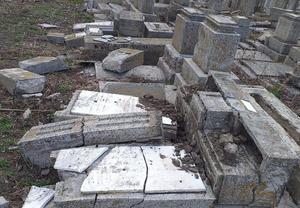 Vandál módon rongáltak meg egy zsidó temetőt Romániában