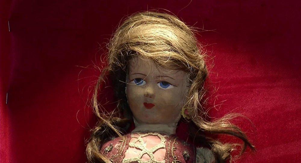 Holokauszt áldozat haját viselő játékbaba van egy török múzeum birtokában?
