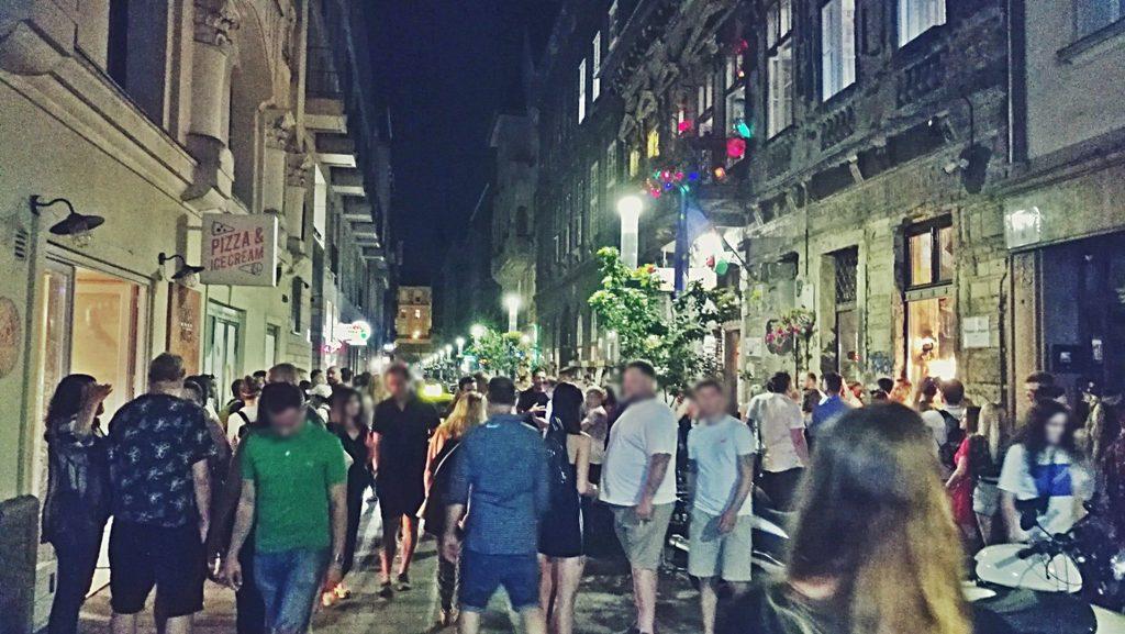 Részeg turisták vallásos zsidókat vegzálnak a bulinegyedben
