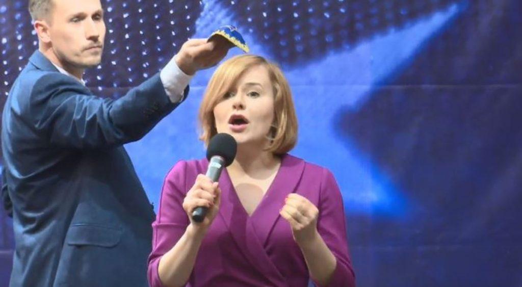 Kipát tartott egy lengyel politikus a vele vitázó államtitkár feje főlé