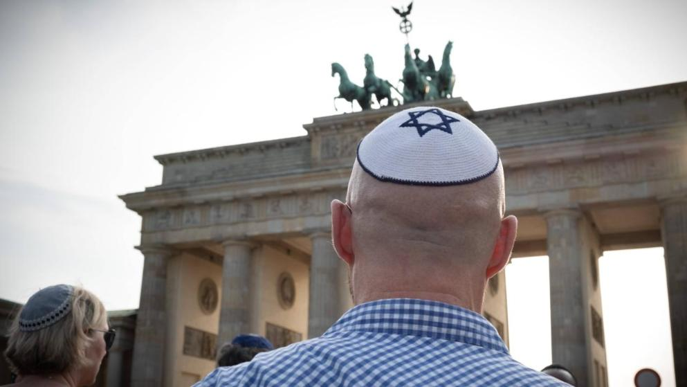 Kivágható kipával vállal szolidaritást a zsidókkal egy német lap
