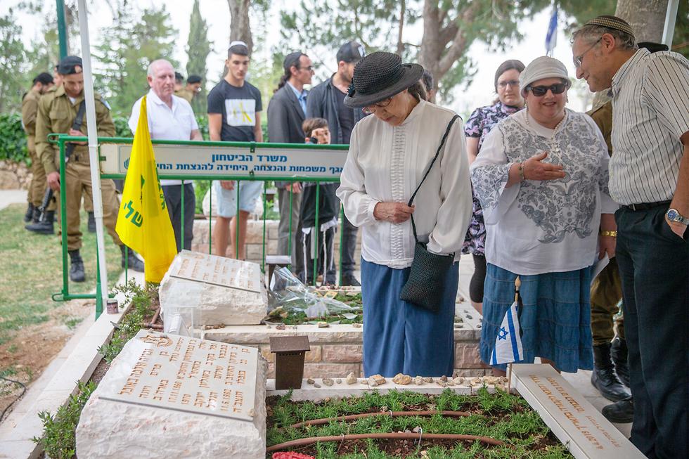 Először látogathatta meg édesanyja a 37 évvel ezelőtt elesett izraeli katona sírját