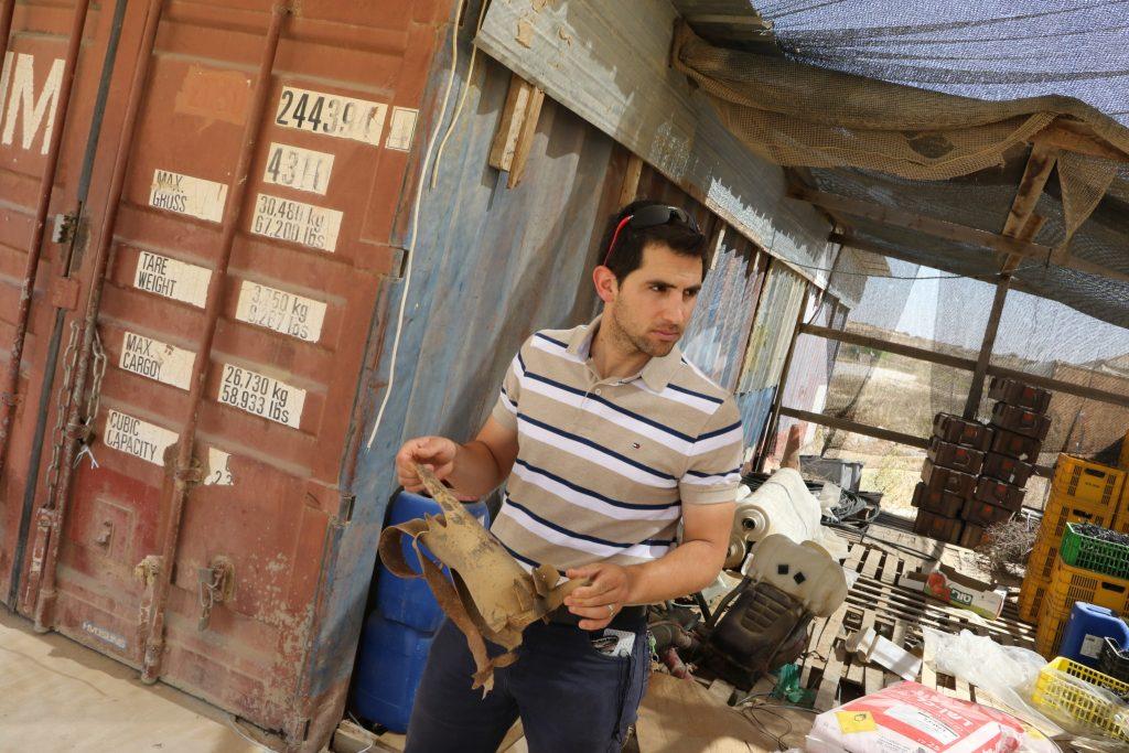 Egy izraeli pár nyakláncokat készít a gázai repeszgránátokból