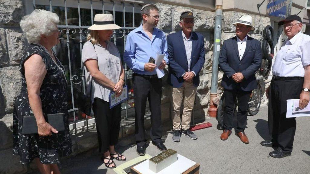 Botlatóköveket helyeztek el a meggyilkolt győri zsidó család emlékére