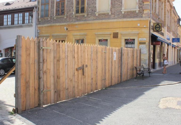 Jelképes gettókerítést állítottak Pápán a zsidó áldozatok emlékére