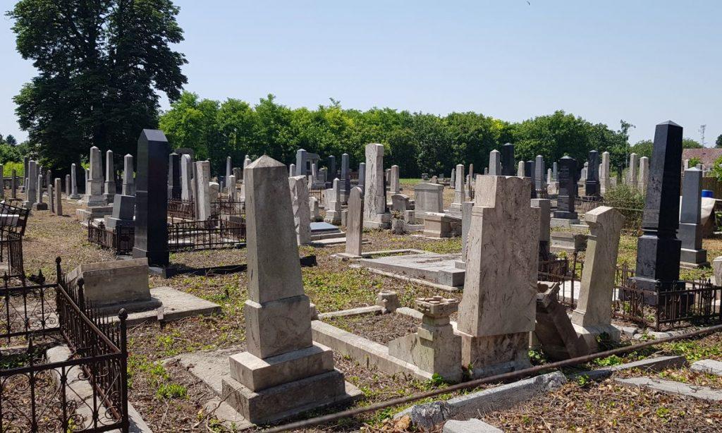 Megújult temetőben emlékeztek meg a gyulai zsidóság elhurcolásának 75. évfodulójára