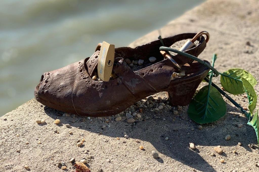 Szerelemlakatokat tettek a Duna-parti holokauszt-emlékmű cipőire
