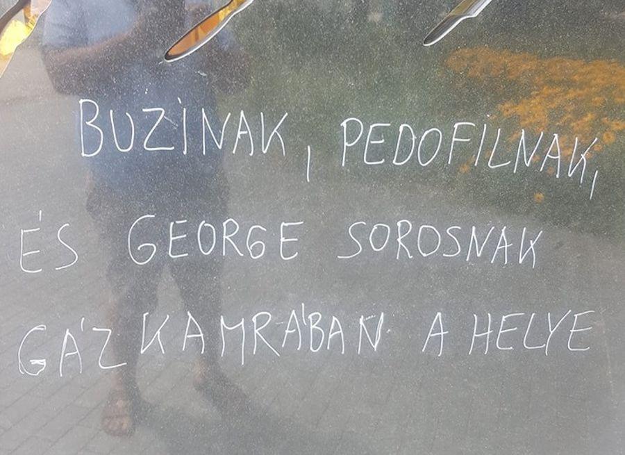 Gázkamrába küldenék Soros Györgyöt a Roma Holokauszt Emlékmű megrongálói