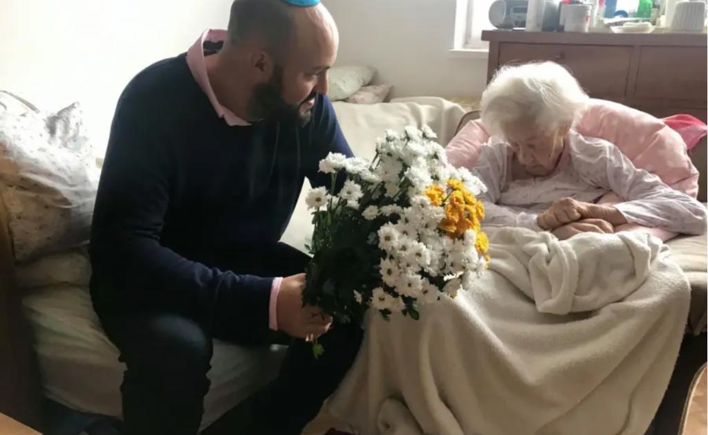 Holokauszt túlélő kórházi ágyat vett a világ legidősebb Világ Igaza Díjasának