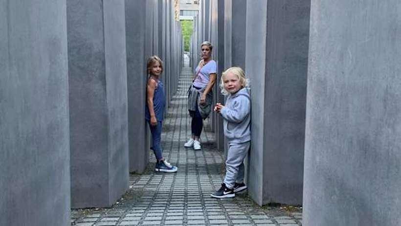 Pink a berlini holokauszt-emlékmű kövei között szaladó gyermekei védelmére kelt
