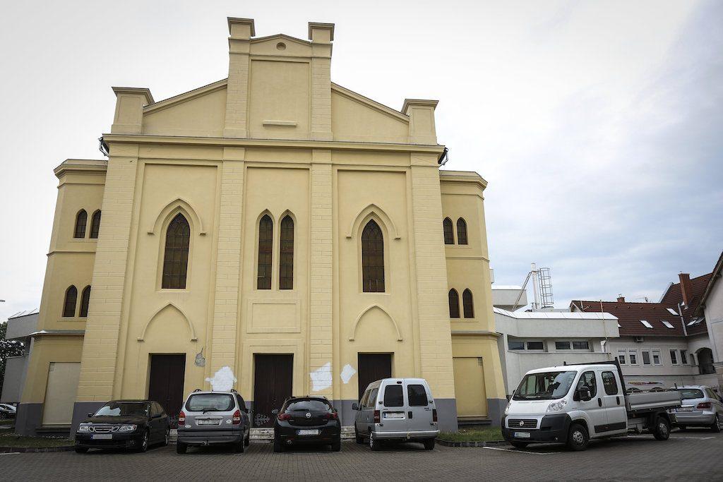 Horogkereszteket festettek a volt zsinagóga falára Tapolcán