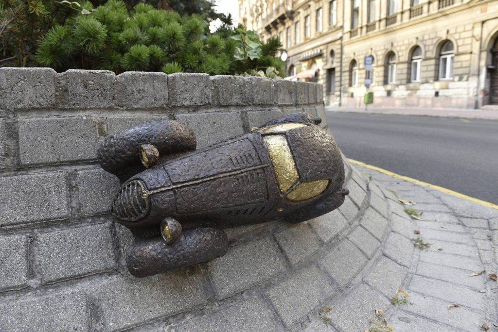 Rejtő Jenő autója és Noé bárkája is miniszobrot kapott Budapesten