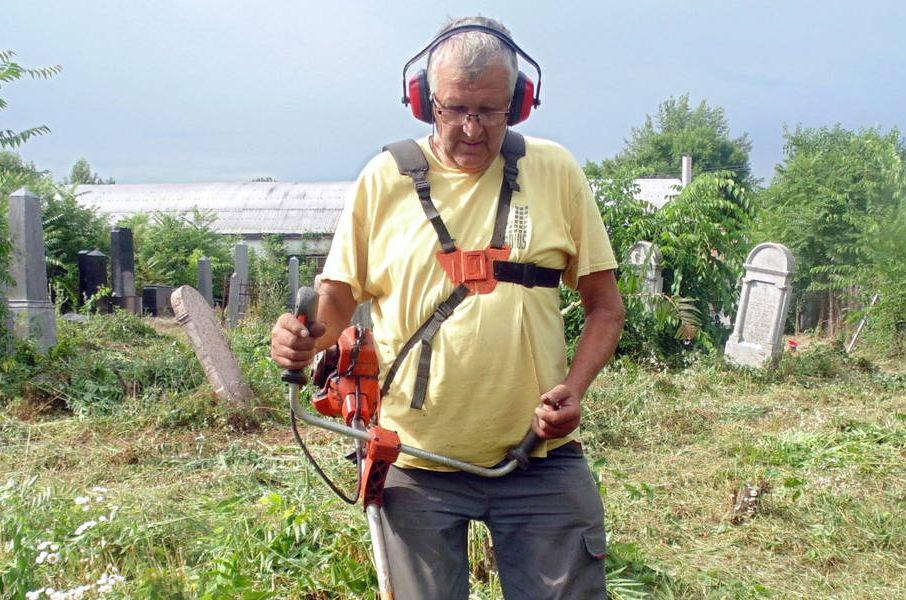 Önkéntesként gondozza az elhagyott jászapáti zsidó temetőt egy helyi nyugdíjas