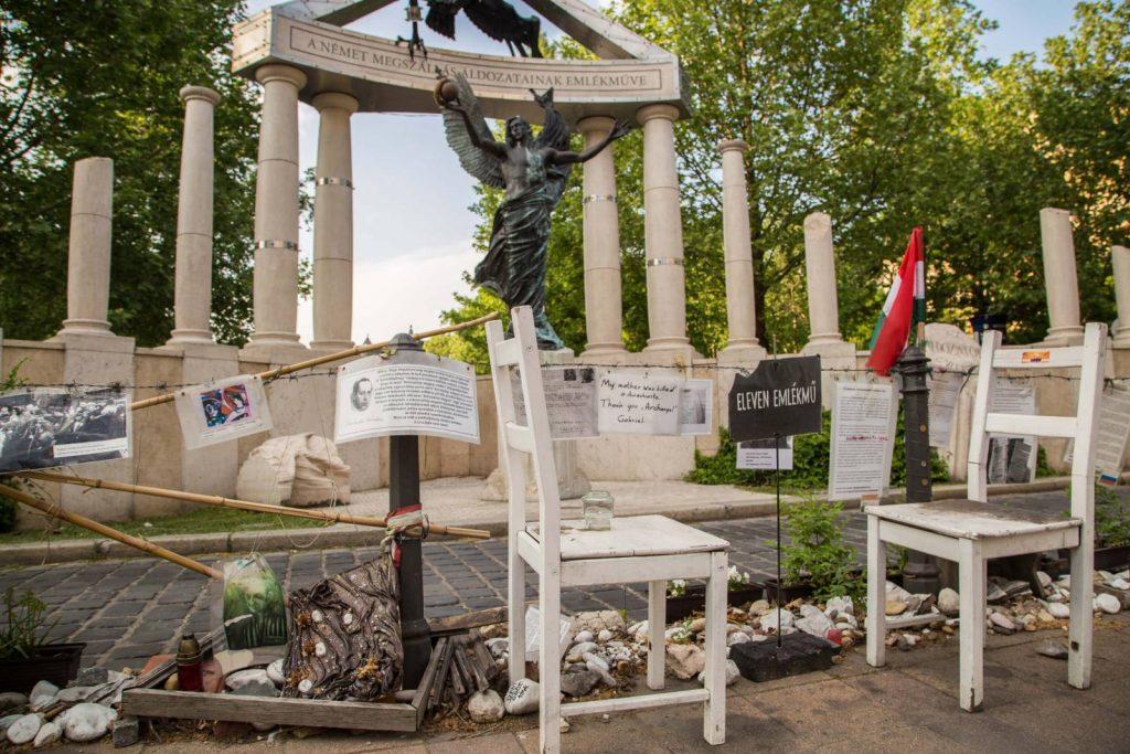 Megrongálták a holokauszt áldozataira emlékező civil kegyeleti helyet a Szabadság téren