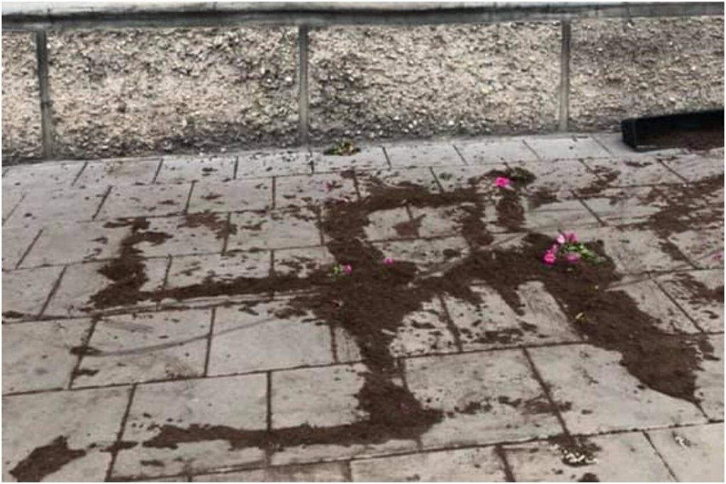Virágfölddel rajzoltak horogkeresztet a vilniusi zsidó hitközség székháza elé