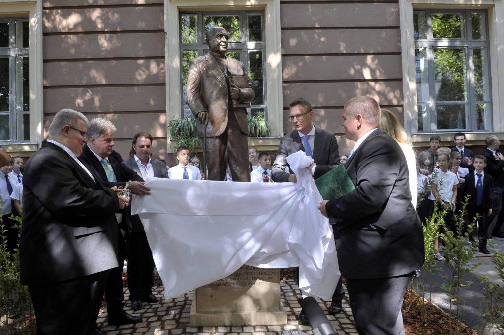 Antiszemita politikus szobrát avatták fel Vácon