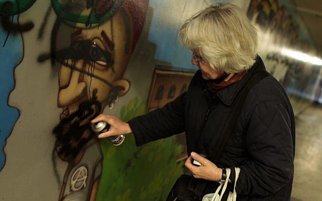 Megbüntették a német Graffiti nagyit, amiért átfestette a neonáci feliratokat békeüzenetté Jom Kipurkor