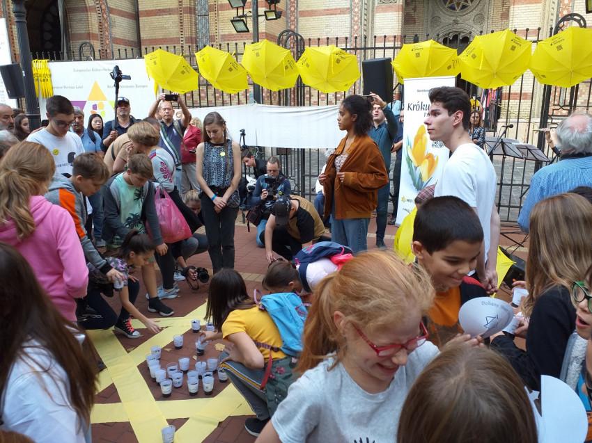 Magyar fiatalok virágot ültettek a holokauszt gyerekáldozatai emlékére