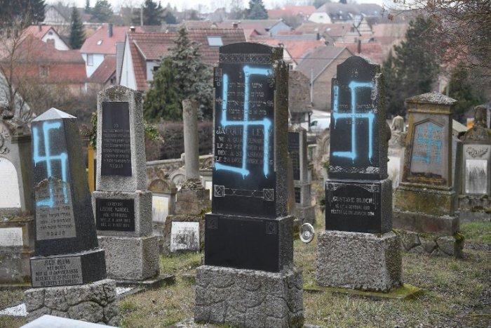 Több mint nyolcvan zsidó sírt gyaláztak meg