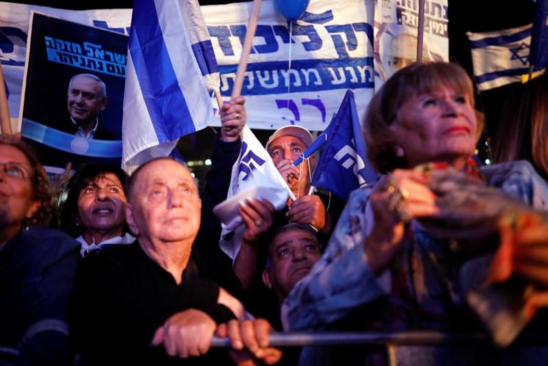 """""""Kormányzati puccs"""" ellen tüntetnek azizraeli miniszterelnök hívei Tel-Avivban"""