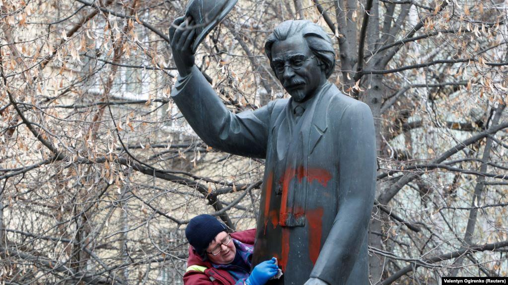 Horogkereszteket festettek a Hegedűs a háztetőn írójának kijevi szobrára