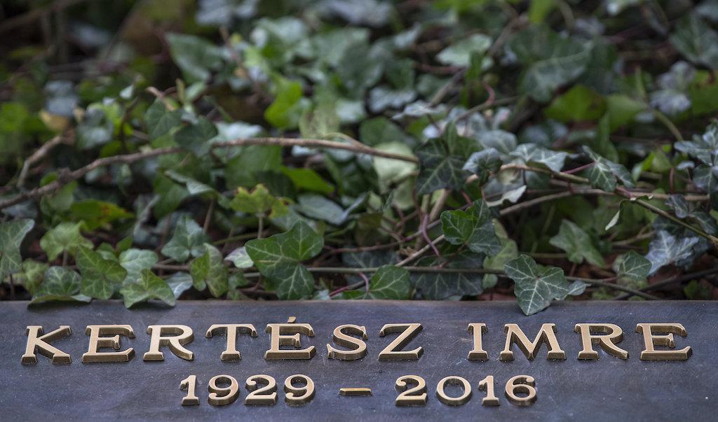 Felavatták Kertész Imre síremlékét