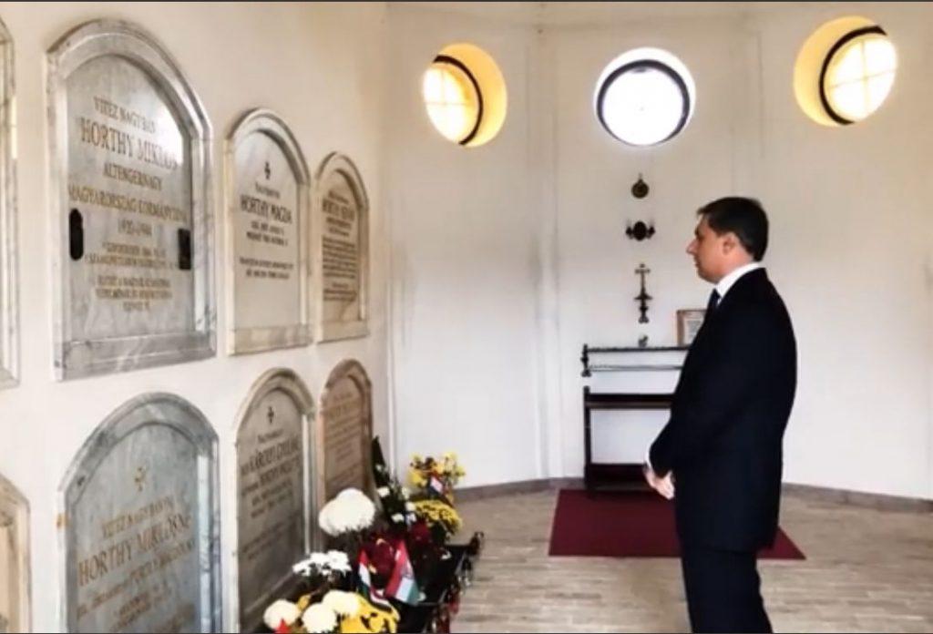 A nácizmus üldözöttei szerint szégyenletes volt Lázár János akciója Horthy sírjánál
