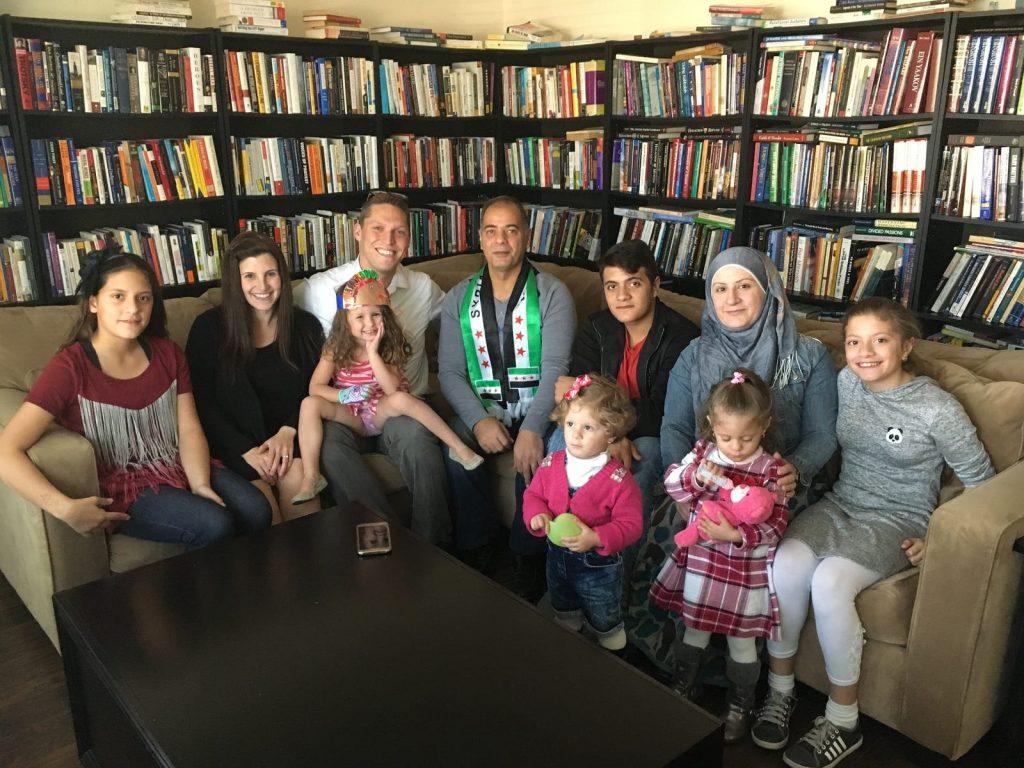 Egy ortodox zsidó rabbi, aki szíriai menekülteket lát vendégül