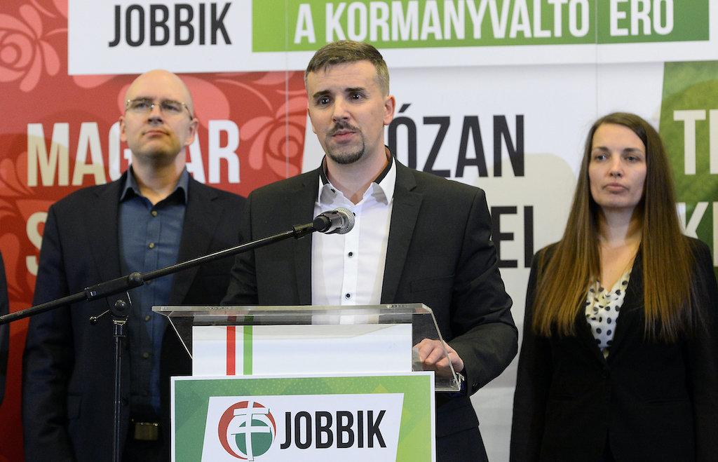 A Jobbik új vezetése felszólította a Duna-parti cipőkbe köpködő Kulcsárt, hogy adja vissza a mandátumát