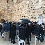 Több százan imádkoztak a Siratófalnál a koronavírus megállításáért
