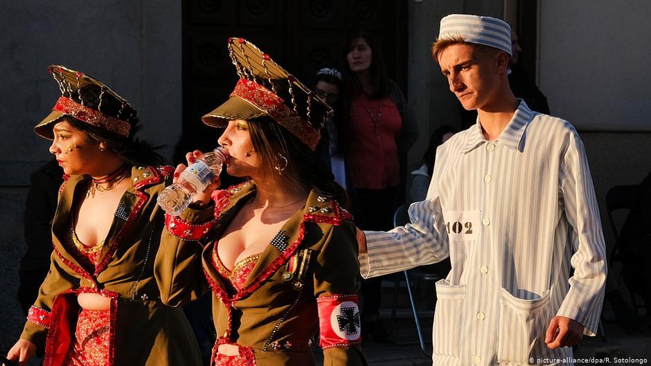Bocsánatot kért a spanyol karneváli csapat a holokauszt-témájú felvonulásért