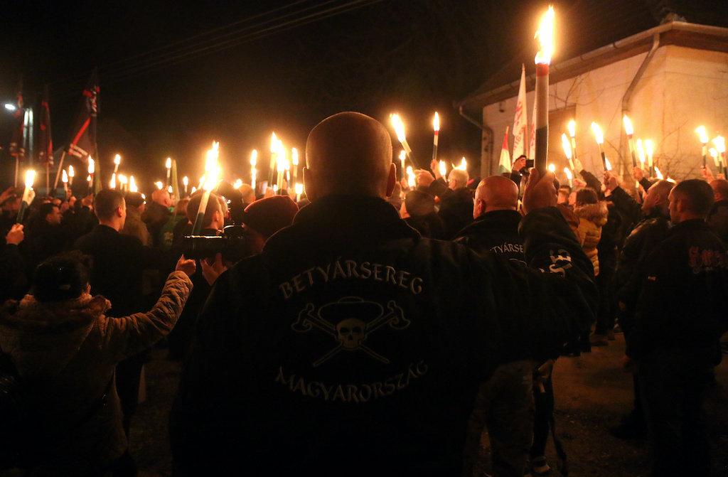 Fáklyás menettel ünnepli a szélsőjobb Horthy kormányzóvá választásának 100. évfordulóját