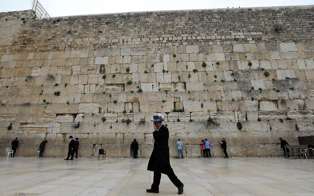 Az izraeli főrabbik arra kérik a zsidókat, hogy ne látogassák a Siratófalat a járvány idején
