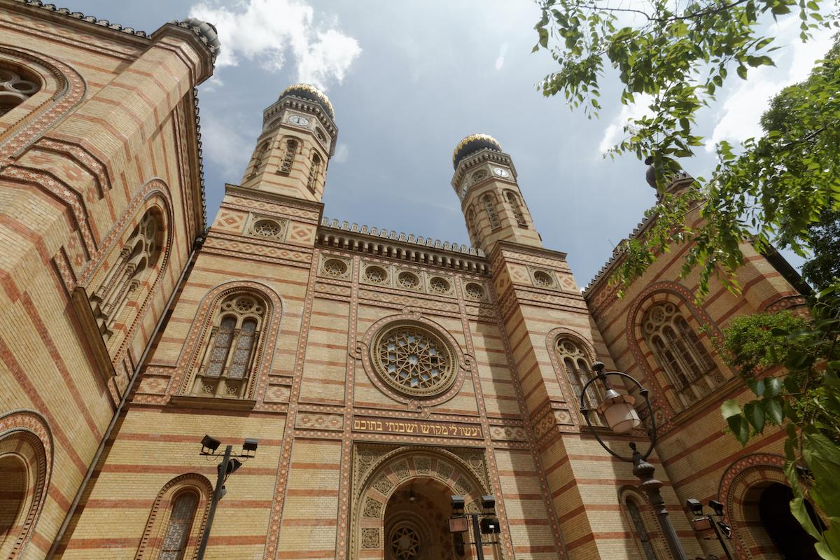 Mi Hazánk: a Dohány utcai zsinagóga helyett a Horthy-szobornak kellene rendőrségi védelem