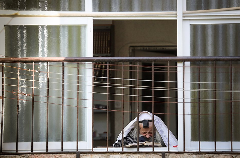 A járvány miatt otthonában egyedül imádkozik a magyar zsidók százait megmentő rabbi